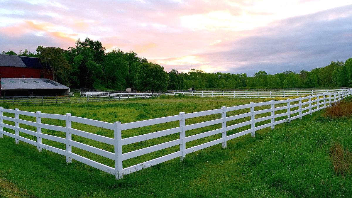 Ограда для загородного дома как правильно выбрать